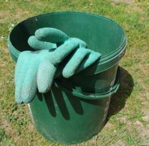 Eimer und Handschuhe zum Rasen kalken